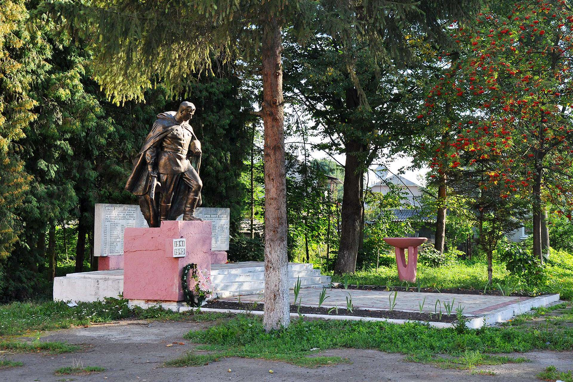 Братська могила воїна Другої Світової війни в смт Більшівці