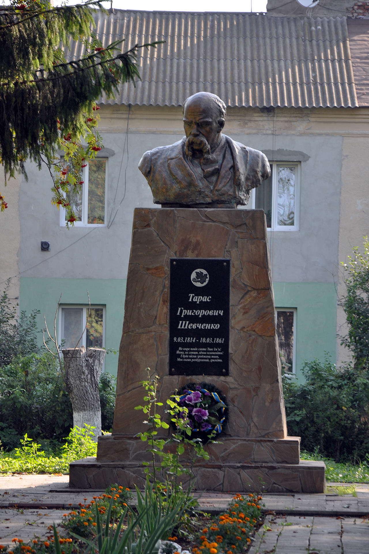 Пам'ятник Шевченкові в Більшівцях