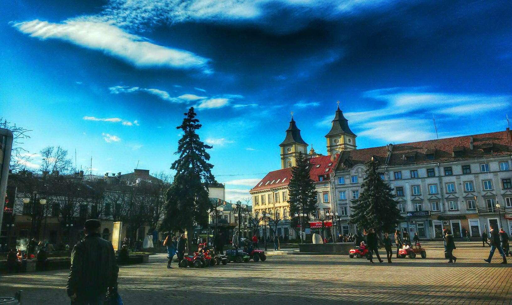 Неподалік міської ратуші в Івано-Франківську