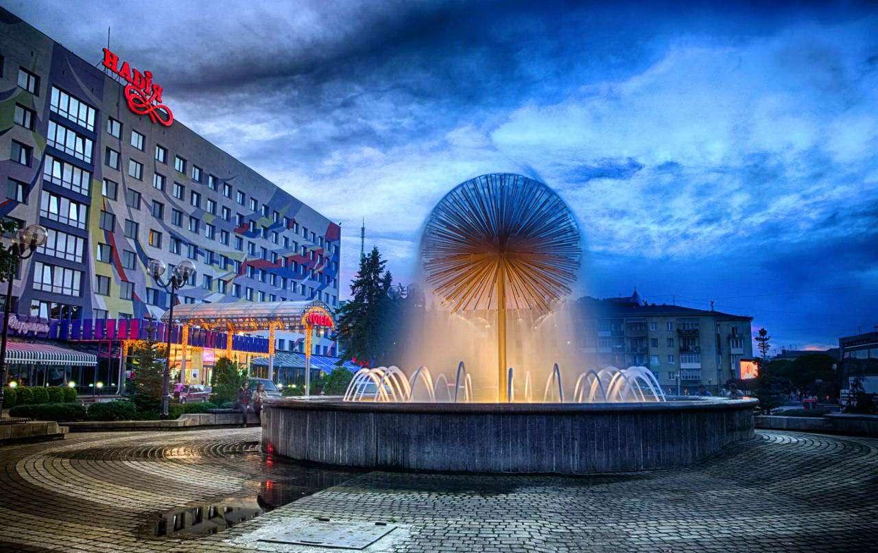 Фонтан біля готелю Надія в Івано-Франківську