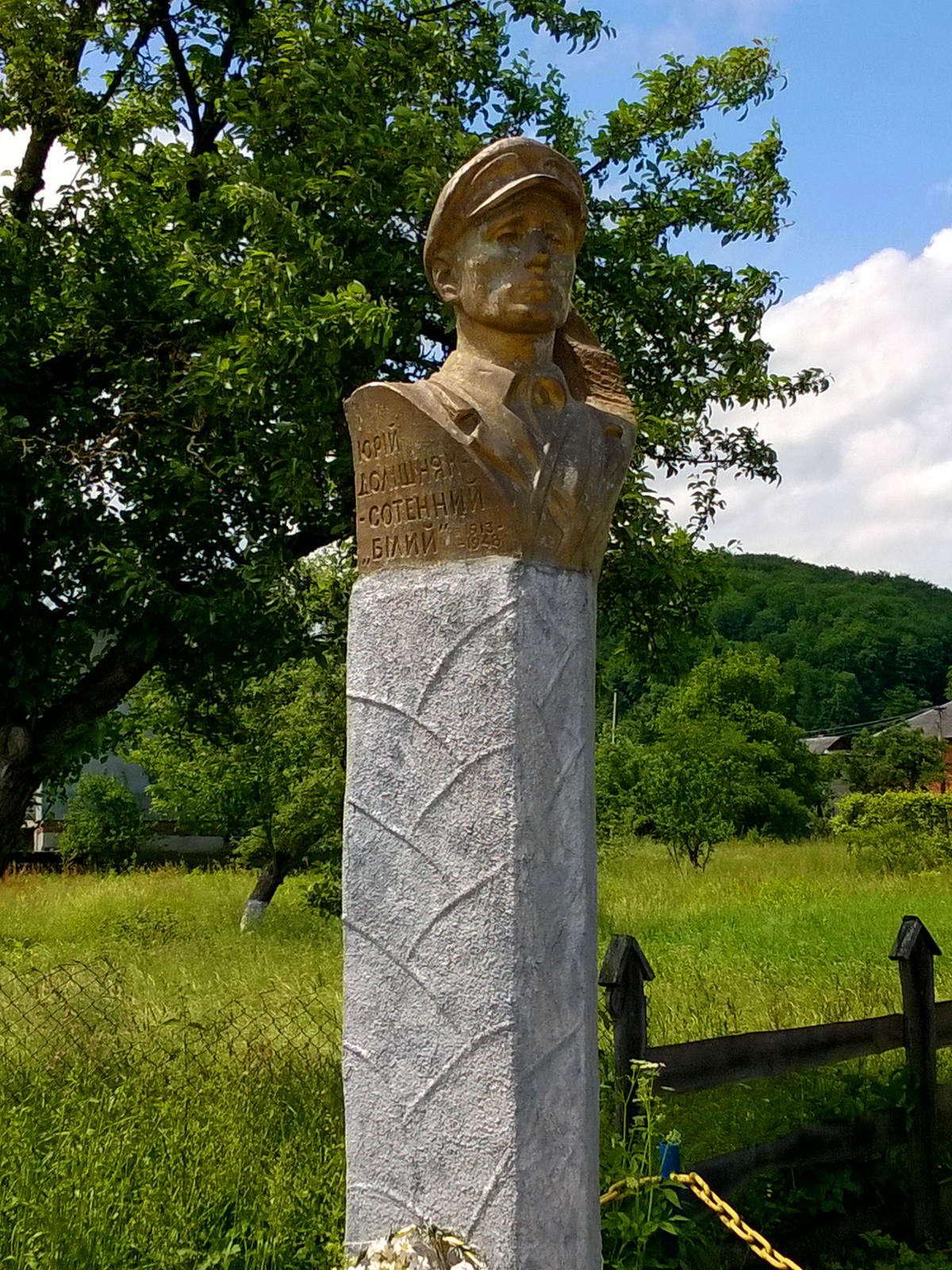 пгт Яблунов, памятник сотенному Белому