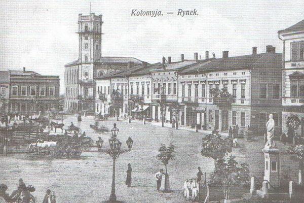 Ратуша і площа Відродження в місті Коломия