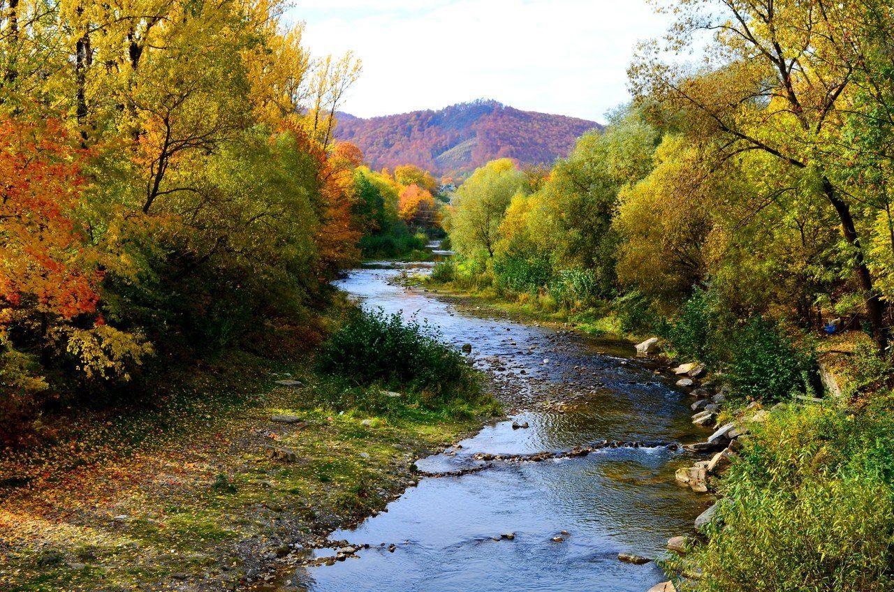 Живописная Косовская осенняя река