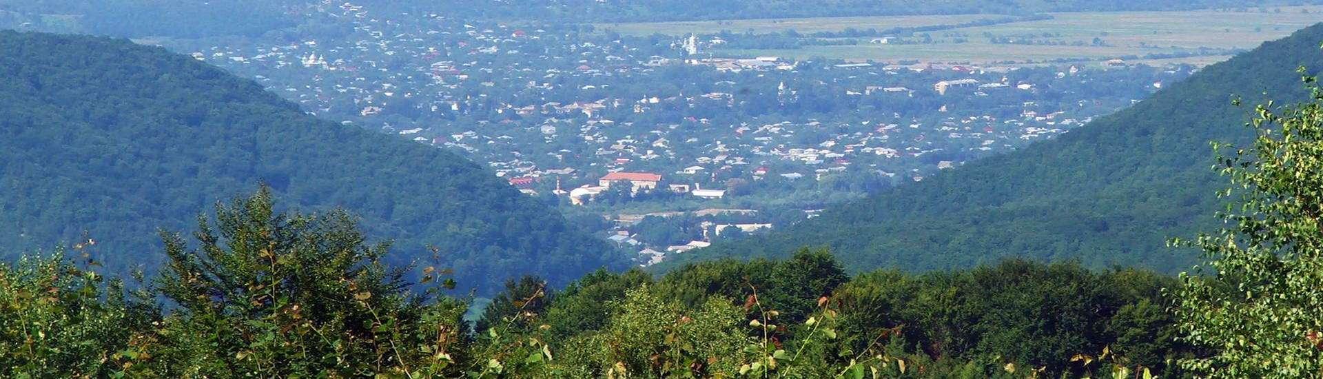 Панорама смт Кути, вид із перевалу Німнич