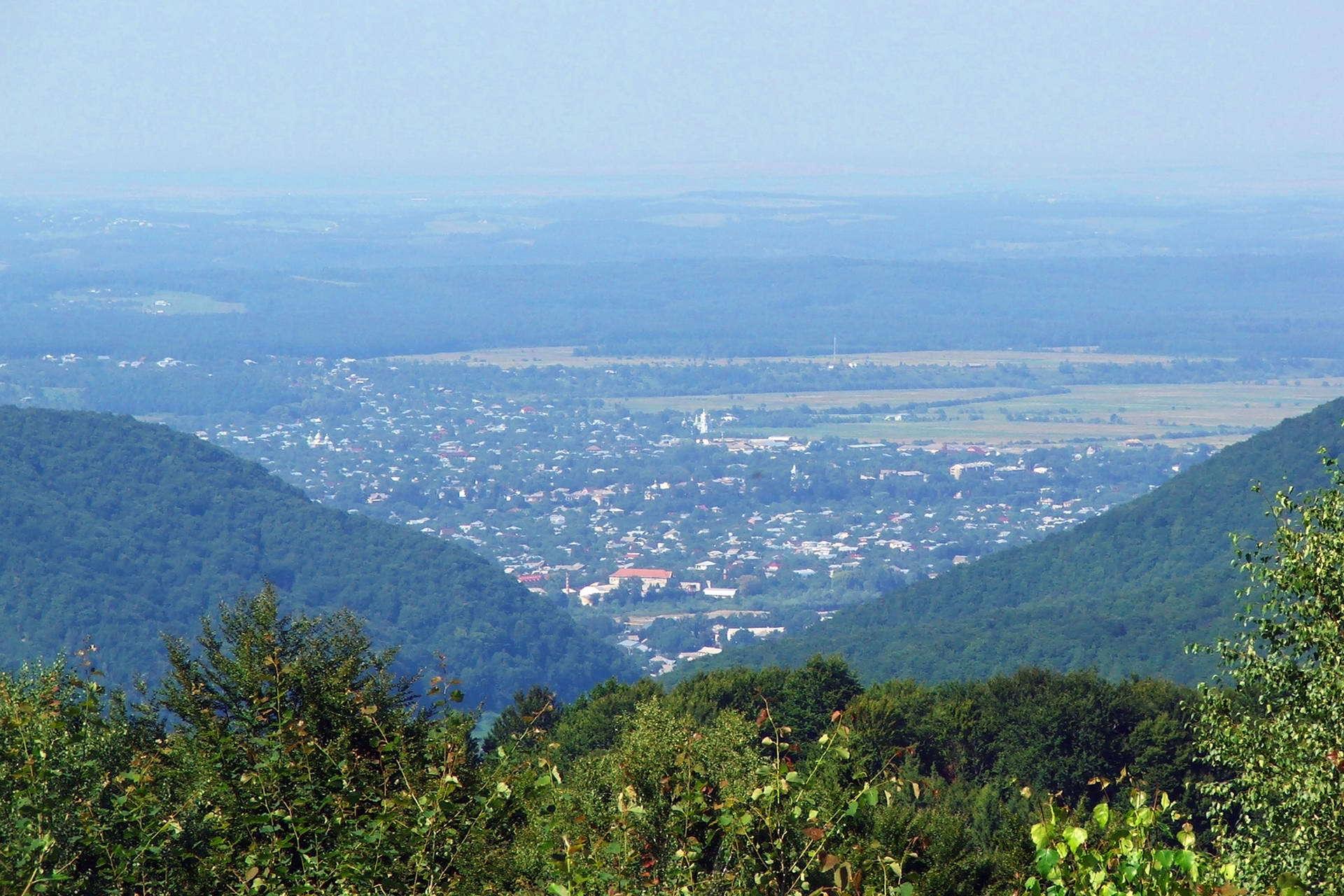 Панорамне фото на смт Кути, вид із перевалу Німнич