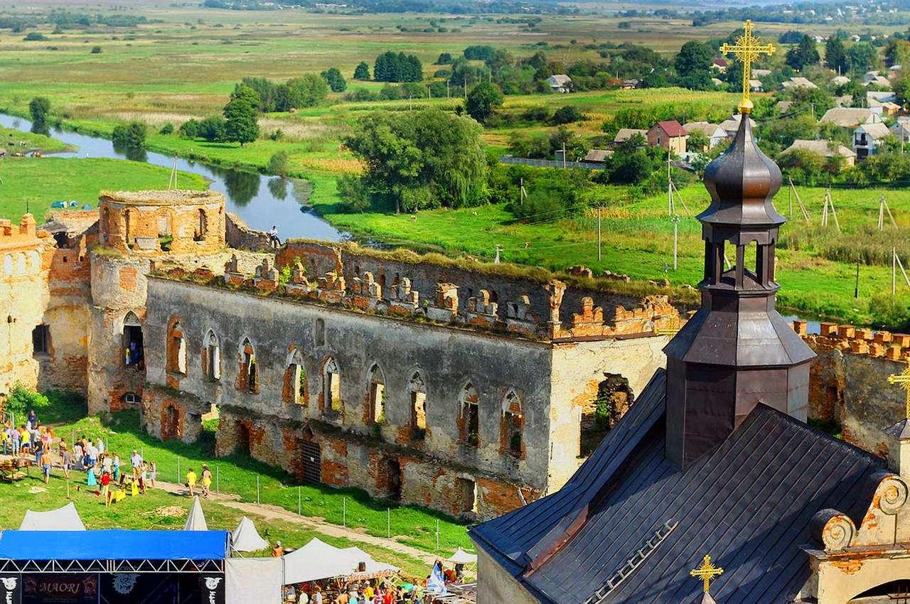 Меджибізький замок, палац біля стіни