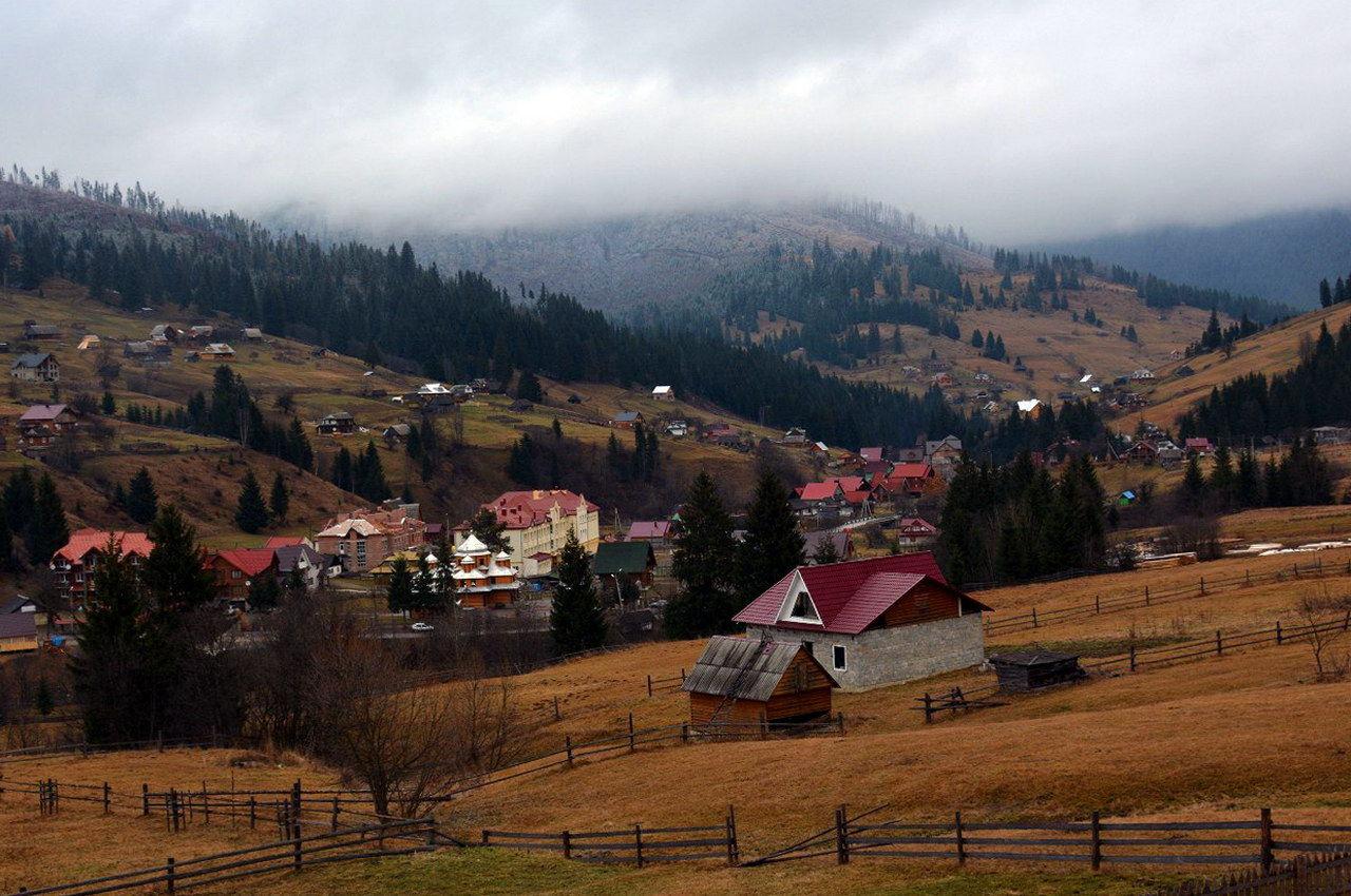 Туристичне карпатське село Поляниця